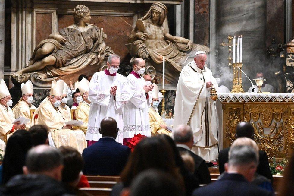 Papa Francis, Vatikan'daki St Peter Bazilikası'nda yapılan Noel ayinini yönetti.