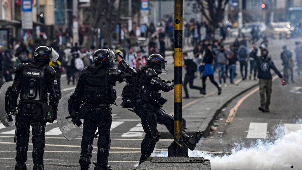 Polisler göz yaşartıcı gaz kullanıyor