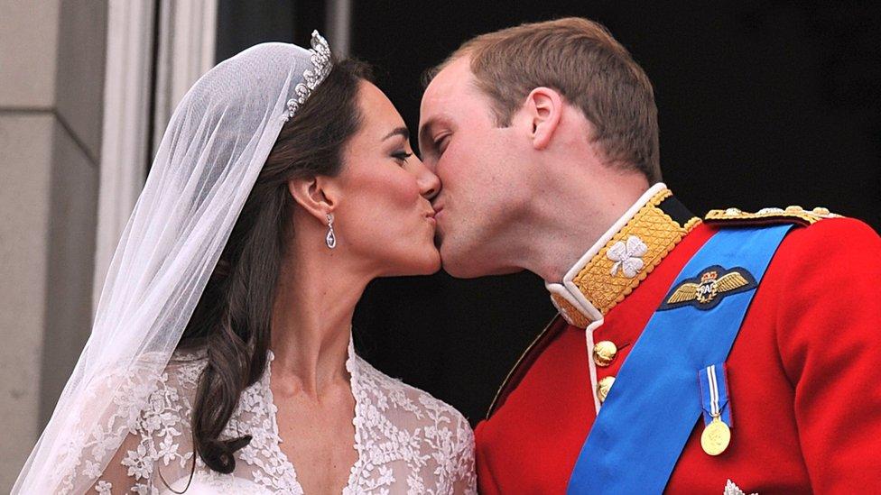 دوق كامبريدج يقبل زوجته في الشرفة الشهيرة في قصر باكنغهام بعد زفافهما