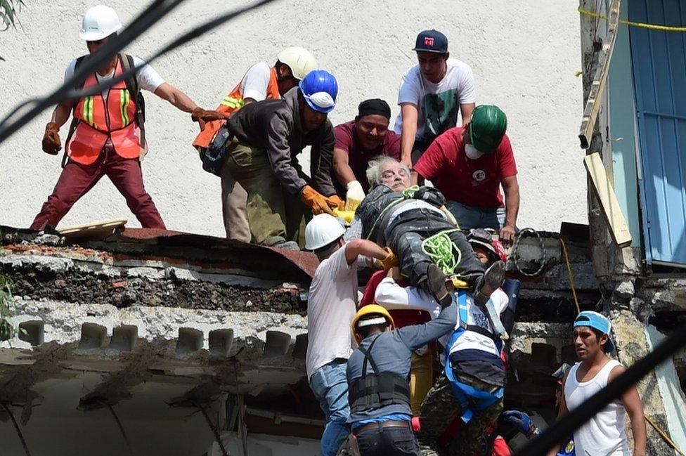 Rápidamente cuadrillas se pusieron a trabajar en rescate de personas.