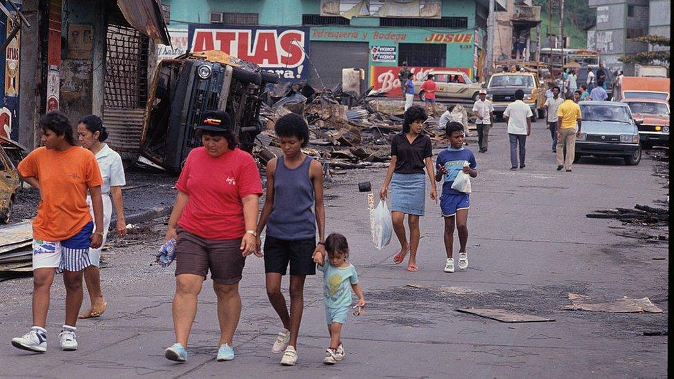 Panameños caminando por la calle durante la
