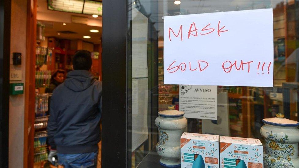 """Letrero en una tienda que dice """"Mascarillas agotadas"""""""