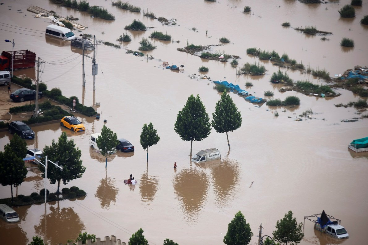 很多車輛浸泡在水中
