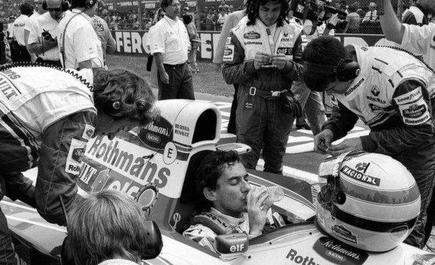 Senna sentado en su Williams antes de la carrera en el circuito de Imola en 1994.