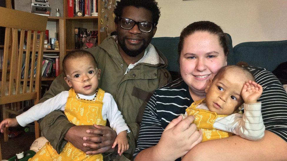 Deiniol (izquierda) y Dylan, con sus padres, Hannah y Xavi.