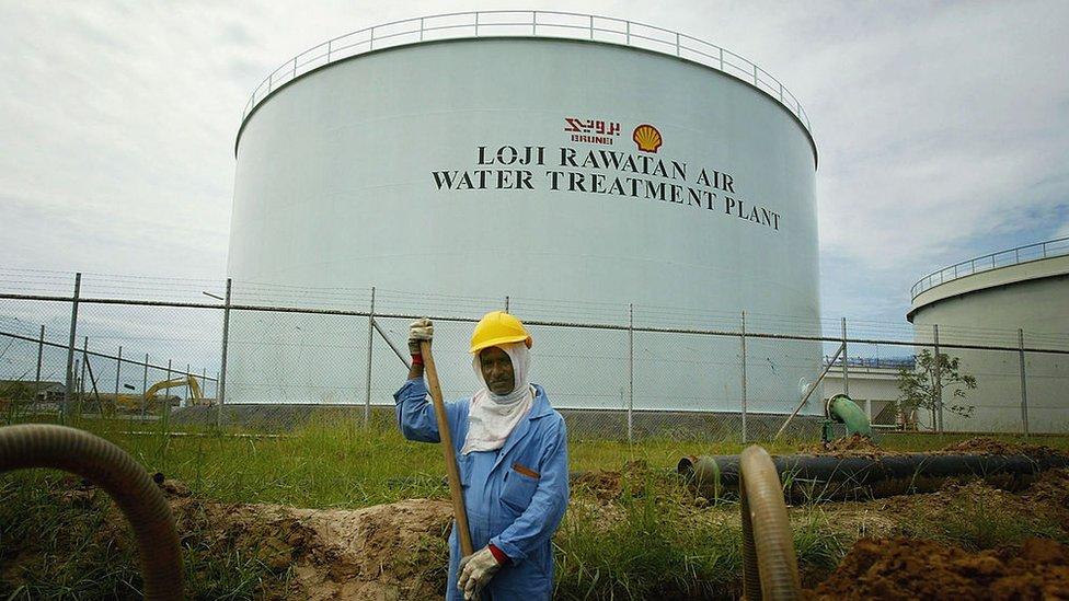 NO USAR, BBC La explotación de hidrocarburos es la base de la economía de Brunei.