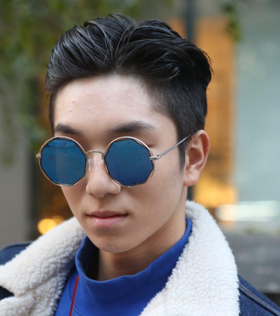 Joven coreano maquillado.