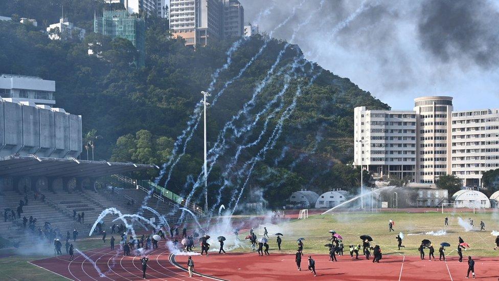 警方周二在香港中文大學校園與示威者衝突,多枚催淚彈跌進校園。