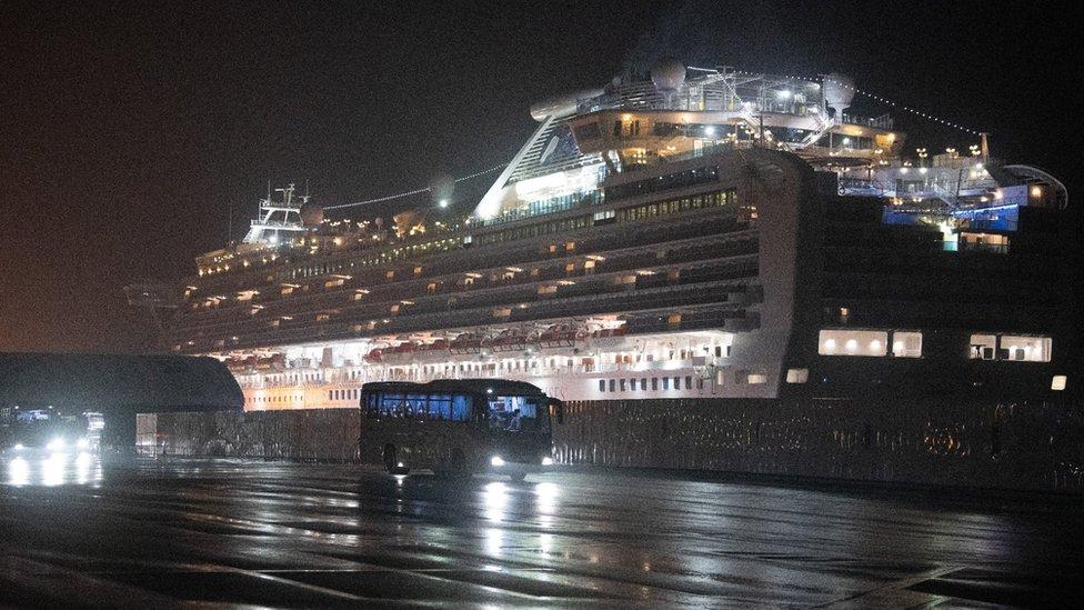 Вспышка коронавируса: на лайнере в Японии заболела россиянка, в Китае изолированы 60 млн человек