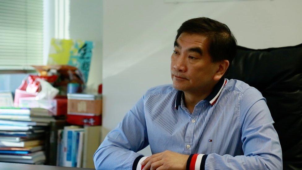鍾國斌所屬的自由黨有商界背景,他自言他的政黨與代表勞工階層的建制派政黨,在勞工議題上不會有一致的立場。