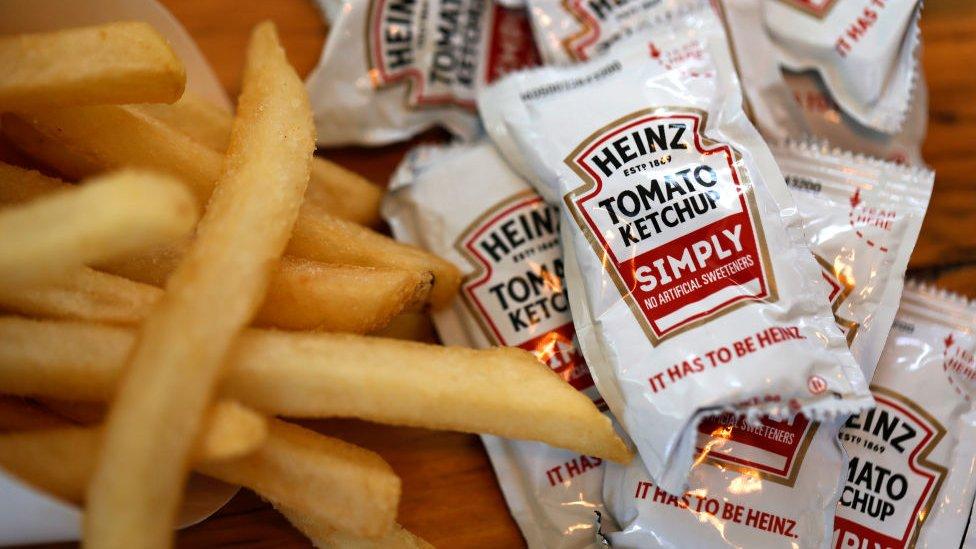 Sachets de kétchup Heinz con papas fritas.