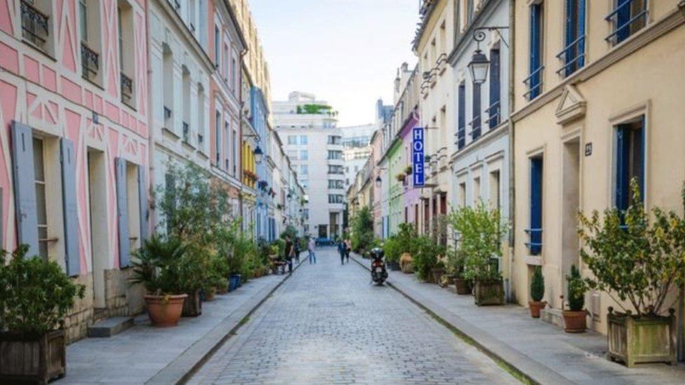 Rue Cremieux menjaid tempat tujuan orang-orang yang menginginkan foto sempurna Instagram.