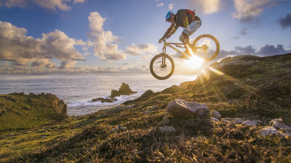 Vozač bicikla u blizini obale mora