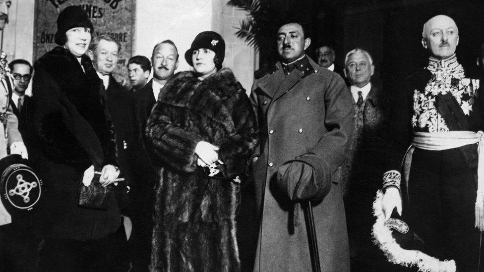 La reina Soraya junto a su esposo en una visita oficial en París.