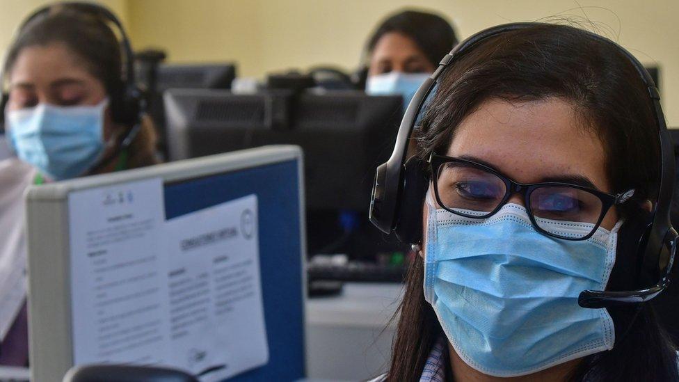 Mujeres trabajando en un call center en Panamá