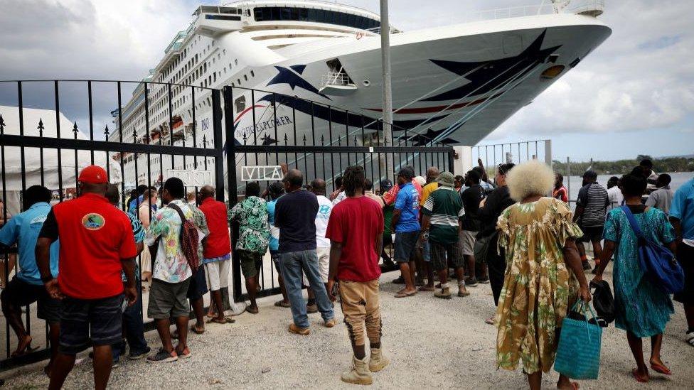 Trabalhadores locais à espera de um navio de cruzeiro em Vanuatu em dezembro de 2019
