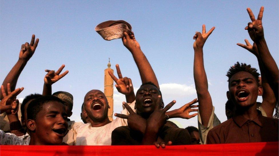 سودانيون يحتفولن بالتوصل لاتفاق بين المجلس العسكري وممثلي المعارضة
