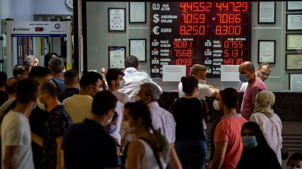 Wall Street Journal (WSJ) gazetesi, Türk Lirası'nın oynaklığının önüne geçmek için Türkiye'nin elinde olan seçeneklerin tükendiğine dair yatırımcıların endişelendiğini kaleme aldı.