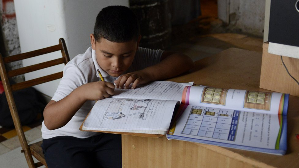 Un niño venezolano haciendo tareas.