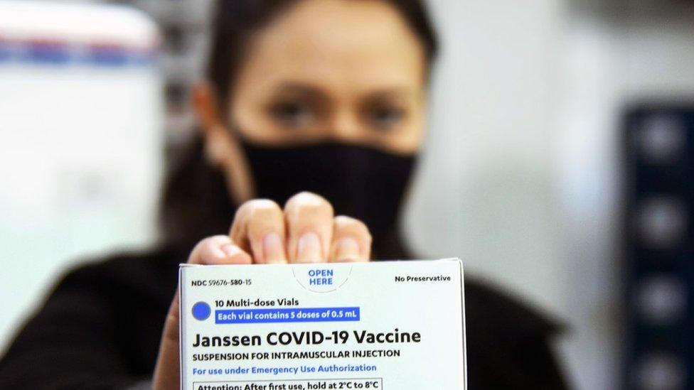Mulher segura caixa com vacina da Janssen contra a covid-19 no Paraná
