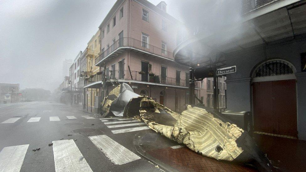 Parte de un techo de un edificio dañado en Nueva Orleans