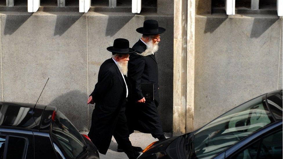 Pemimpin Muslim dan Yahudi mengatakan langkah ini merupakan kedok aksi anti-Yahudi dan anti-Islam.