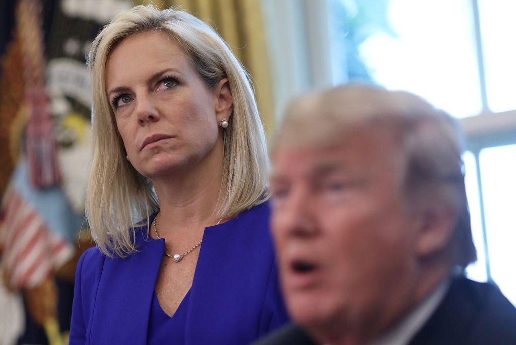 La exsecretaria de Seguridad Interior Kirstjen Nielsen con Donald Trump