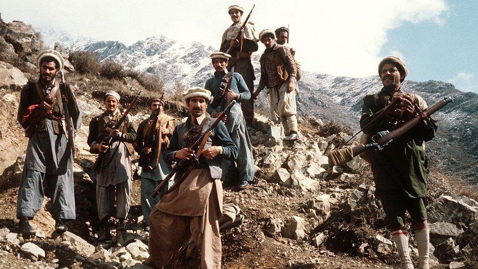 Combattenti della resistenza afghana contro i sovietici con le loro armi primitive nelle parti orientali del paese.