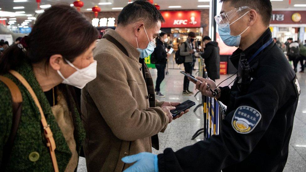Autoridades revisan a ciudadanos chinos en el aeropuerto.