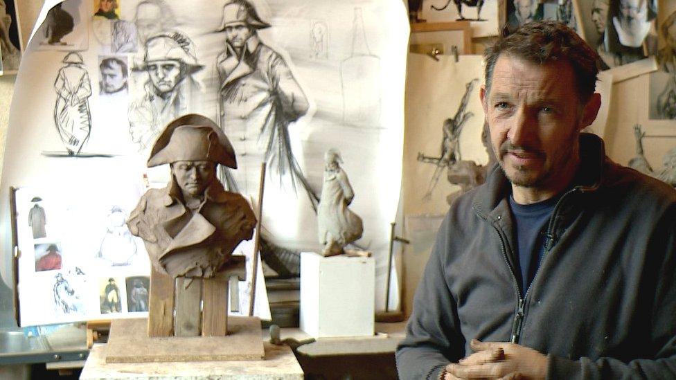 雕塑家伊曼紐爾·米歇爾(Emmanuel Michel)在工作室內受訪