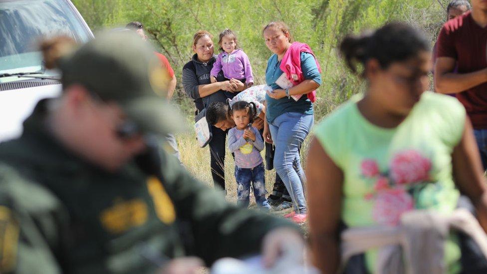 Trump sugiere deportar inmigrantes indocumentados sin procedimiento judicial