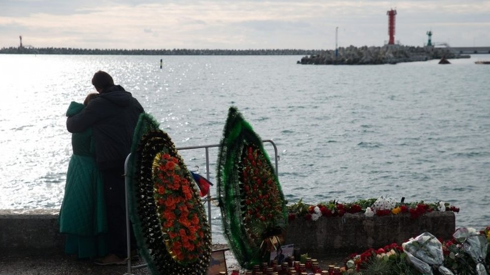 Residents of Sochi grieve for the victims of Tu-154 plane crash in the Black Sea outside Sochi (26 December 2016)