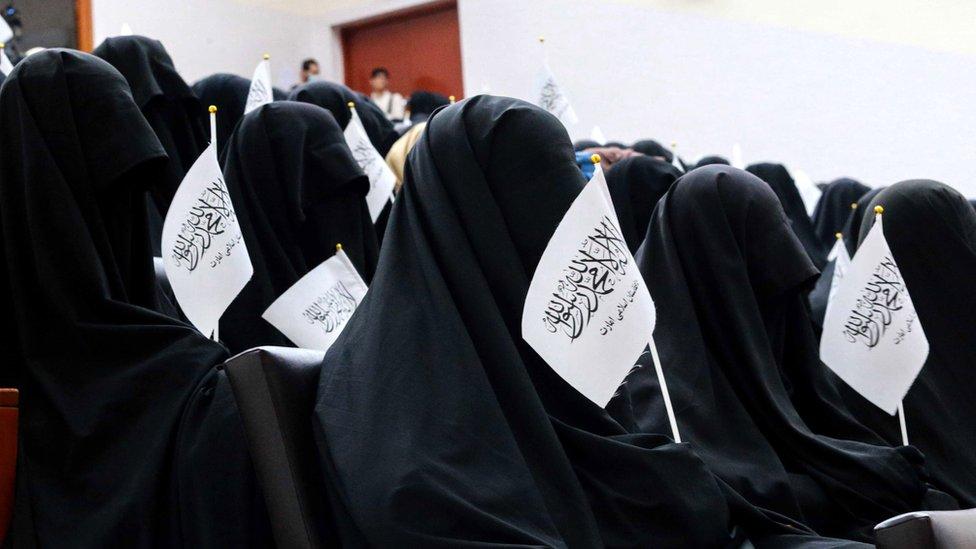喀布爾親塔利班集會女性的著裝