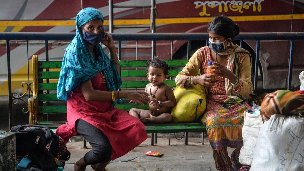 Mujeres indias con ni;os
