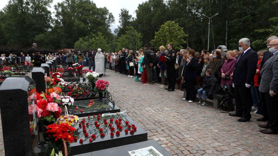 Familiares de las personas que fallecieron en la tragedia del submarino de Kursk se reúnen para un evento conmemorativo.