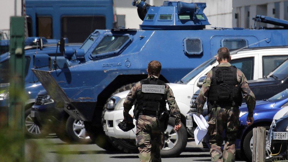 قوات أمن ومركبات مدرعة