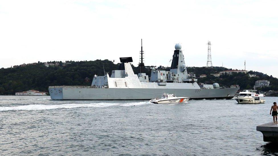 Barco de guerra de la Marina Real británica cruza el Bósforo camino del estrecho de Ormuz
