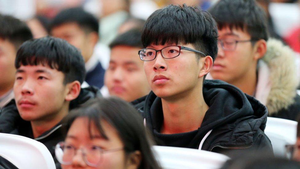 Personas chinas congregadas