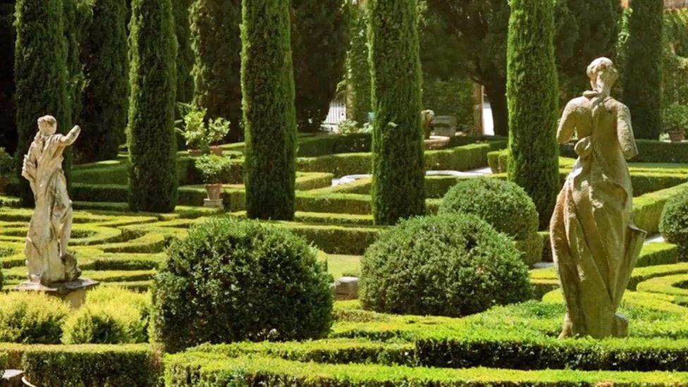 Jardín con estatuas clásicas