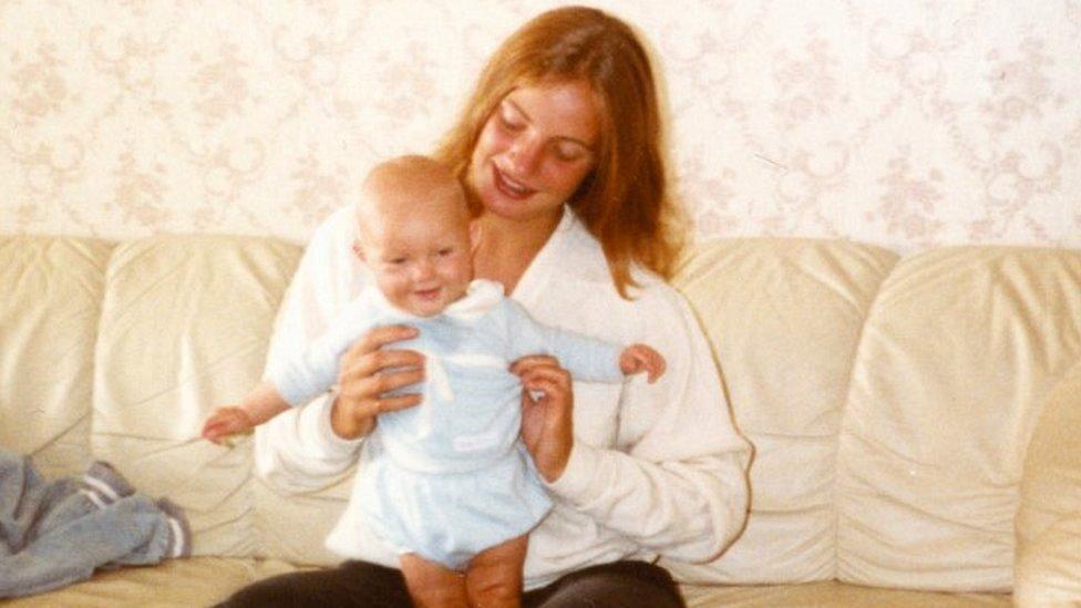 Astrid Holleeder en 1983 con su sobrina Francis