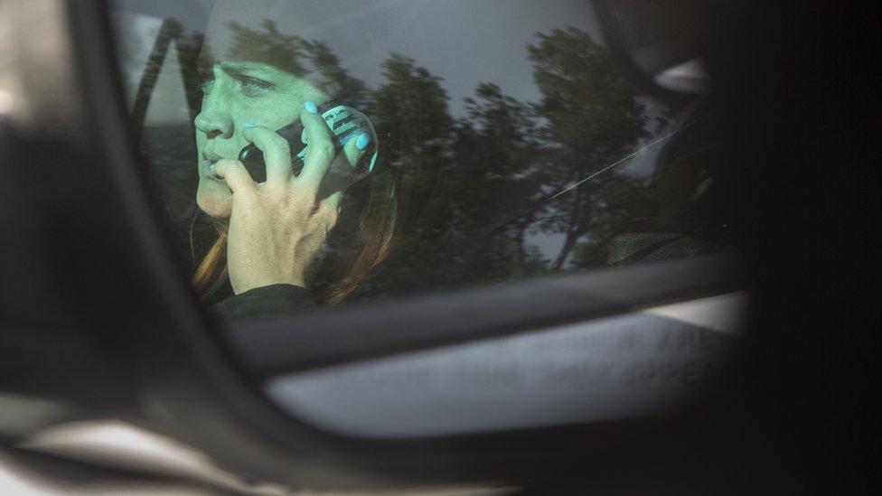 Telefonla konuşan sürücü.