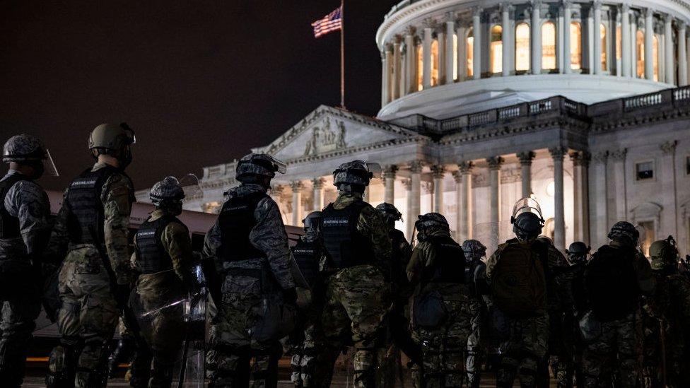 Guardias Nacionales frente al Capitolio