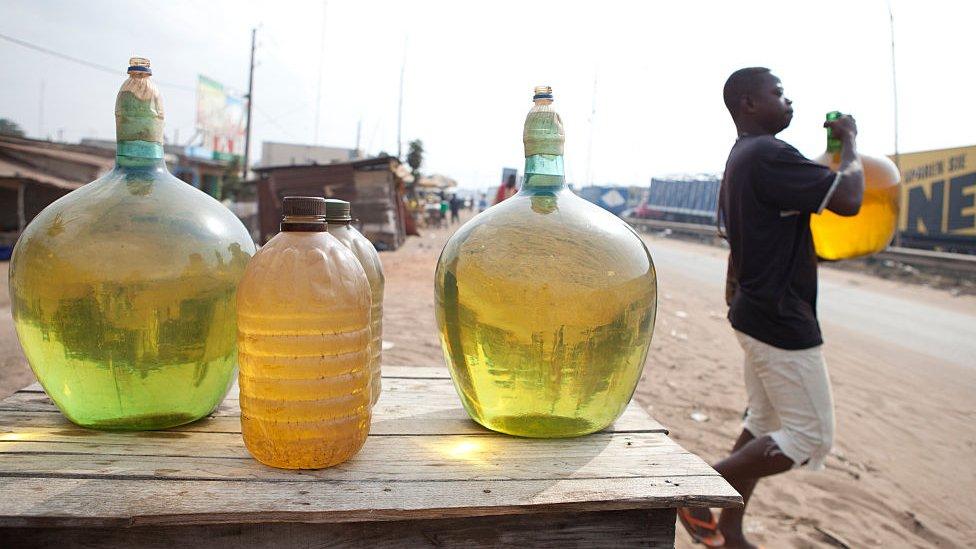 Petróleo nigeriano siendo vendido en Cotonou, Benín.