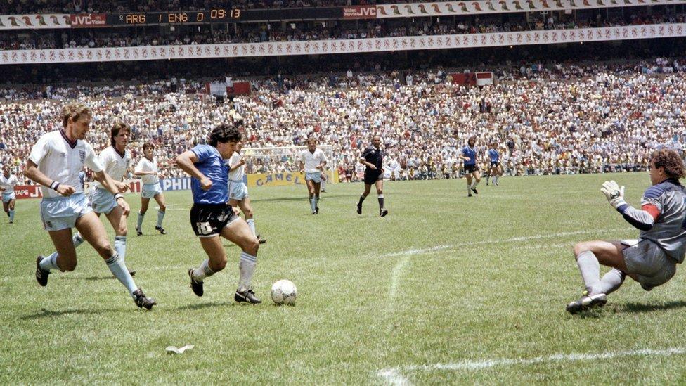 """Maradona se dispone a finalizar la jugada del """"Gol del siglo"""" con Bennaceur en el fondo."""