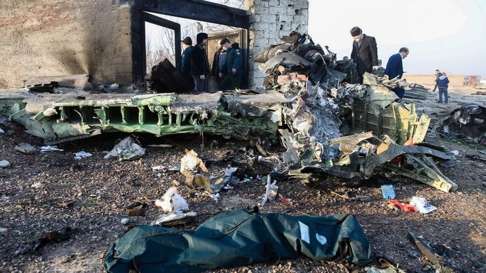 德黑蘭空難現場救難人員與現場群眾視察飛機殘骸(8/1/2020)