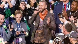 BBC News - Super Bowl: Selfie Kid's big moment with Timberlake