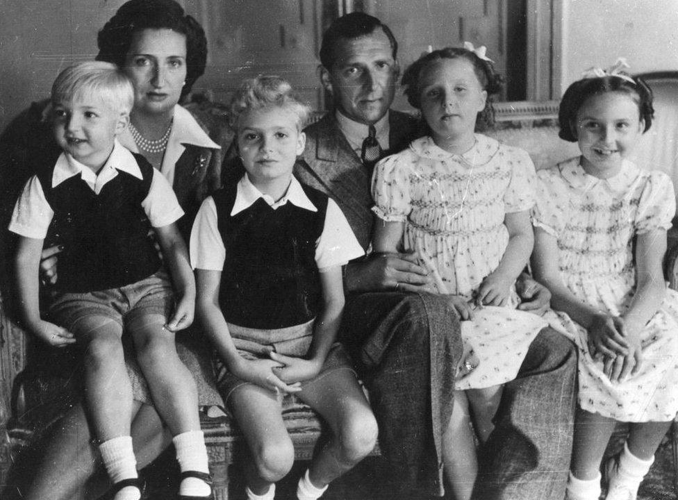 Juan de Borbón (1913-1993), hijo de Alfonso XIII, con su esposa la princesa María Mercedes y sus cuatro hijos, Juan Carlos, María del Pilar, Margarita y Alfonso en Suiza en agosto de 1945.