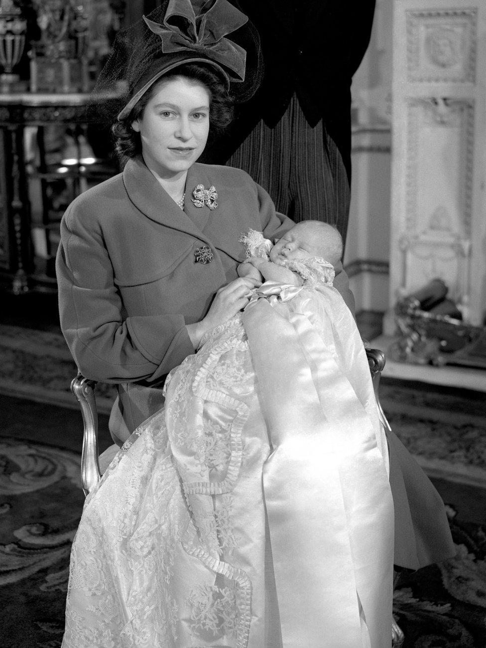 Princeza Elizabeta drži Čarlsa u krilu nakon kršenja u Bakingemskoj palati