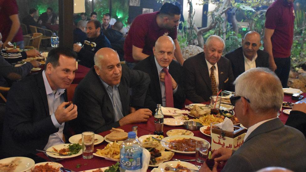 Jawdat Ibrahim comiendo con líderes palestinos en un restaurante en Ramala, Cisjordania.