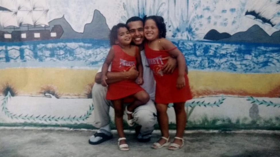 Kathleen (à dir.) na infância com a irmã e o pai